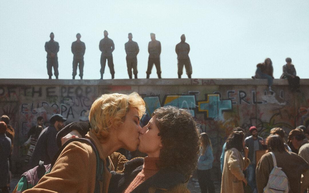 Mercado Libre recrea besos famosos utilizando parejas reales LGBTQIA+ para naturalizar diferentes demostraciones de amor